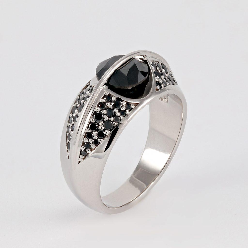 masiven prstan s crnimi diamanti